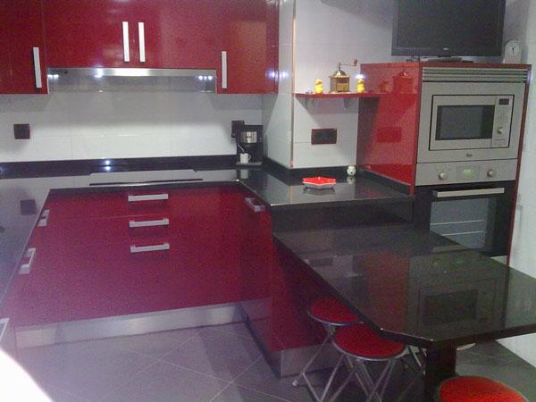 Cocina roja con encimera de granito negra