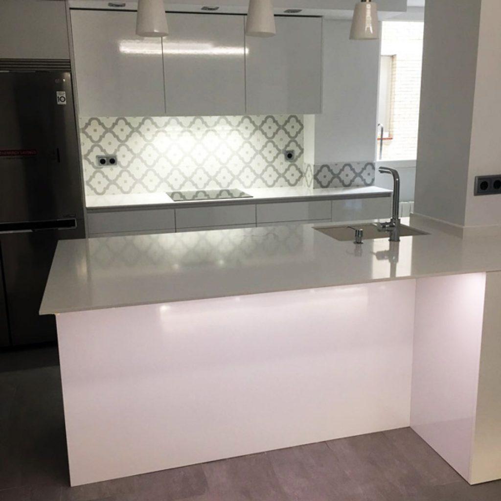 Cocinas modernas blancas cocina moderna isla blanca forma for Mostrar cocinas modernas