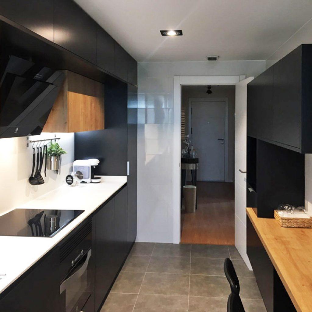 Cocinas modernas blancas con encimera negra cocina con for Encimera negra brillo